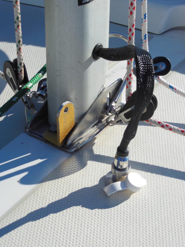 Anchor light deck connector
