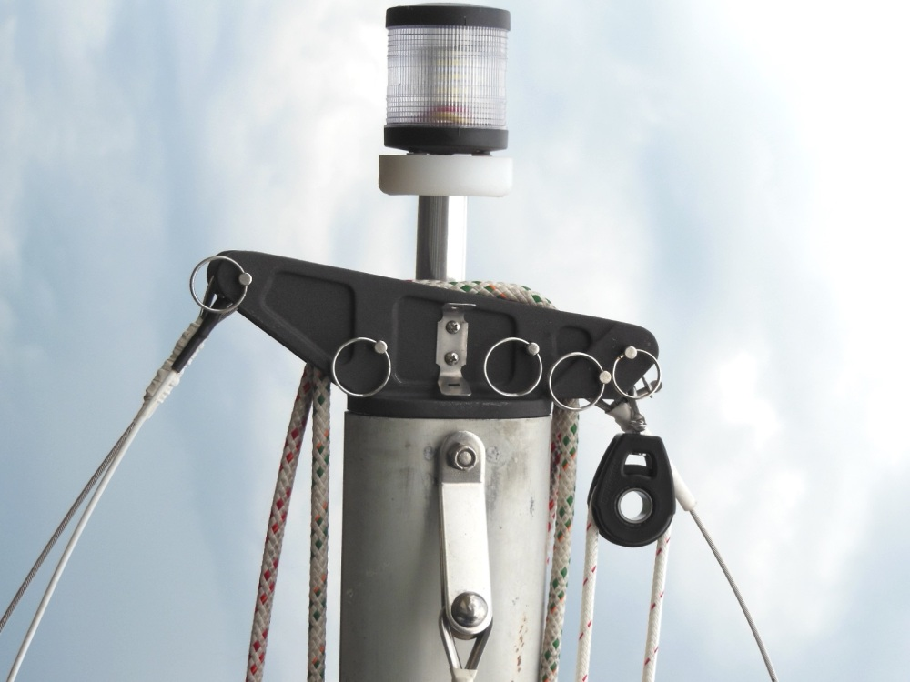 Spinnaker halyard block attached to the masthead